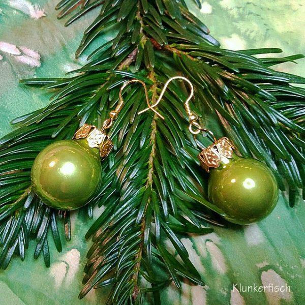 Ohrringe mit Weihnachtsbaum-Kugeln in Hellgrün