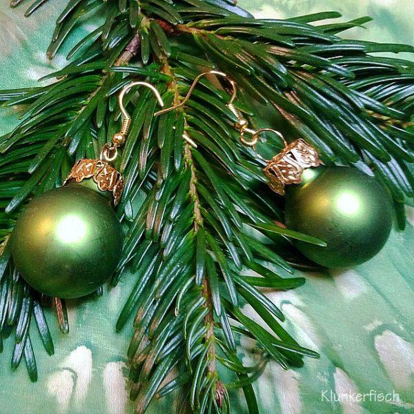 Ohrringe mit Weihnachtsbaum-Kugeln in mattem Grün