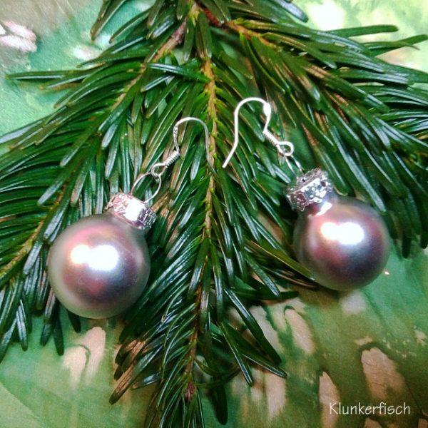 Ohrringe mit Weihnachtsbaum-Kugeln in mattem Silber