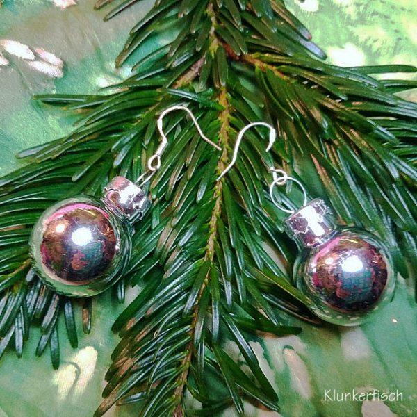 Ohrringe mit größeren Weihnachtsbaum-Kugeln in Metallic Silber