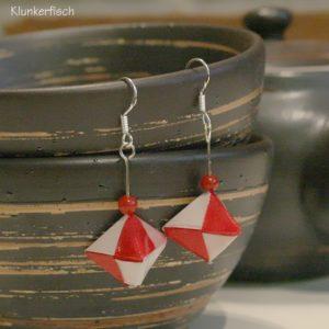 Origami-Ohrringe mit Hexaedern in Rot und Weiß