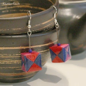Origami-Ohrringe mit Würfeln in Blau, Rot und Pink
