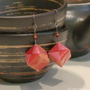 Origami-Ohrringe mit Würfeln in Orange, Rot und Pink