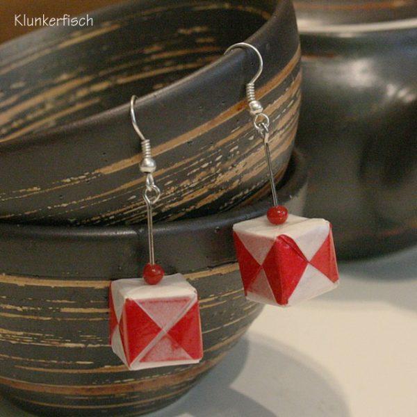 Origami-Ohrringe mit Würfeln in Rot und Weiß