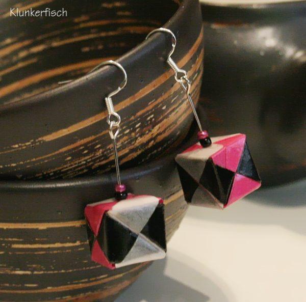 Origami-Ohrringe mit Würfeln in Pink, Schwarz und Weiß