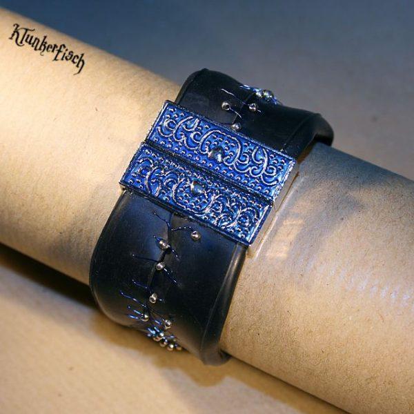 Armband aus Fahrradschlauch mit Perlen-Verzierung und blauem Ornament-Verschluss