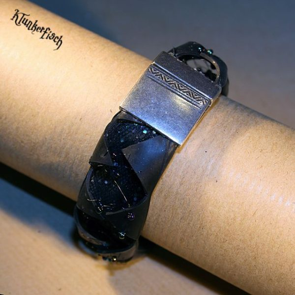 Zickzack-Armband aus Fahrradschlauch mit Tüll und Perlenverzierung und silbernem Magnet-Verschluss