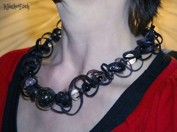 Halskette aus Fahrradschlauch, Glasperlen und Tüll *Querfeldein*