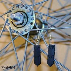Kleine Ohrringe aus Fahrradreifen