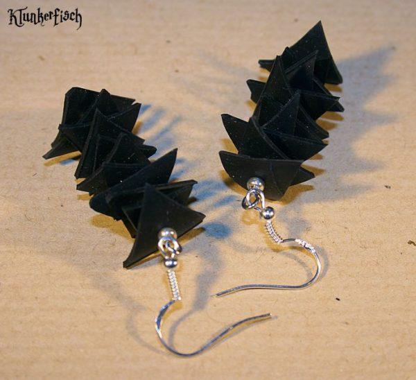 Ohrringe aus Fahrradschlauch-Dreiecken und Silberperlen