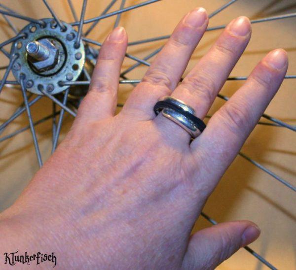 Wickel-Ring aus Fahrradreifen mit silberfabener Spange