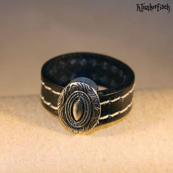 Ring aus Leder mit ovaler verzierter Platte