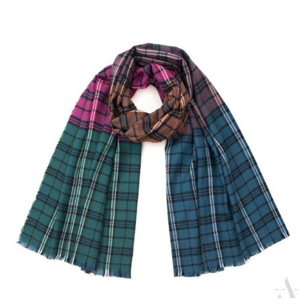 Kuschliger Schal mit Karo-Muster in Pink und Petrolblau