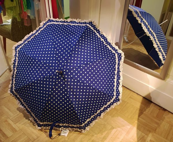 Regenschirm / Stockschirm in Dunkelblau mit weißen Punkten und Rüschen