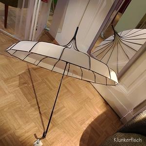 Regenschirm / Pagodenschirm / Stockschirm in Creme mit schwarzen Ziernähten