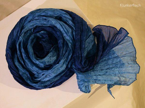 Tuch in Schalform aus Crinkle-Seide in Blau