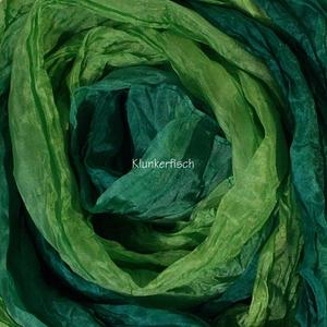 Tuch in Schalform aus Crinkle-Seide in Grün