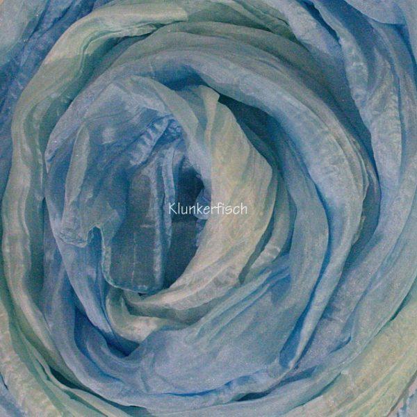 Tuch in Schalform aus Crinkle-Seide in Hellblau