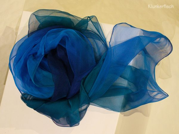 Tuch in Schalform aus Seiden-Chiffon in Blau
