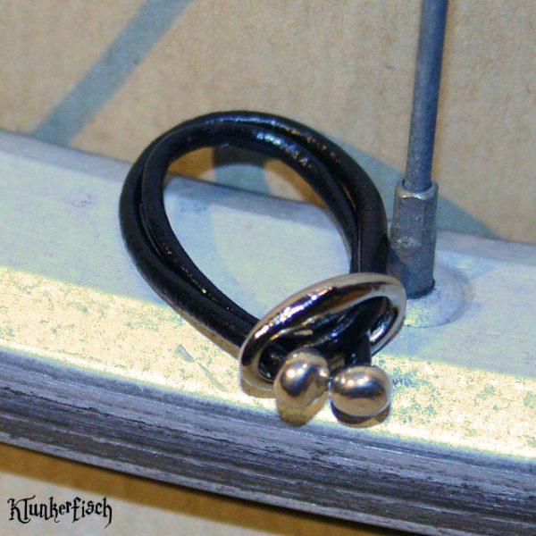 2er-Wickel-Ring aus Lederband und ovaler Schnalle mit Perlkappen