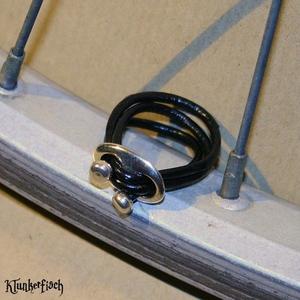 3er-Wickel-Ring aus Lederband und ovaler Schnalle mit Perlkappen