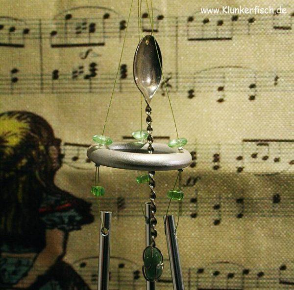 Windspiel in Grün mit 3 Klangstäben und einem Silberlöffel