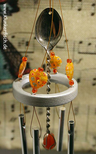 Windspiel in Gelb-Orange mit 4 Klangstäben und einem Silberlöffel
