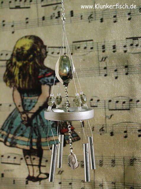 Windspiel in Grau-Silber mit 4 Klangstäben und einem Silberlöffel