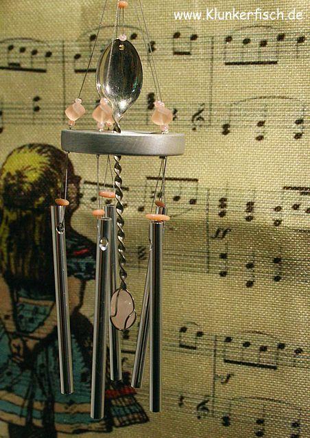 Windspiel in Rosa mit 5 Klangstäben und einem Silberlöffel