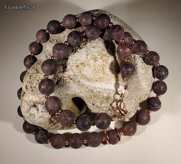 Klassische Perlenkette aus braunem Jaspis mit Roségold-Akzenten