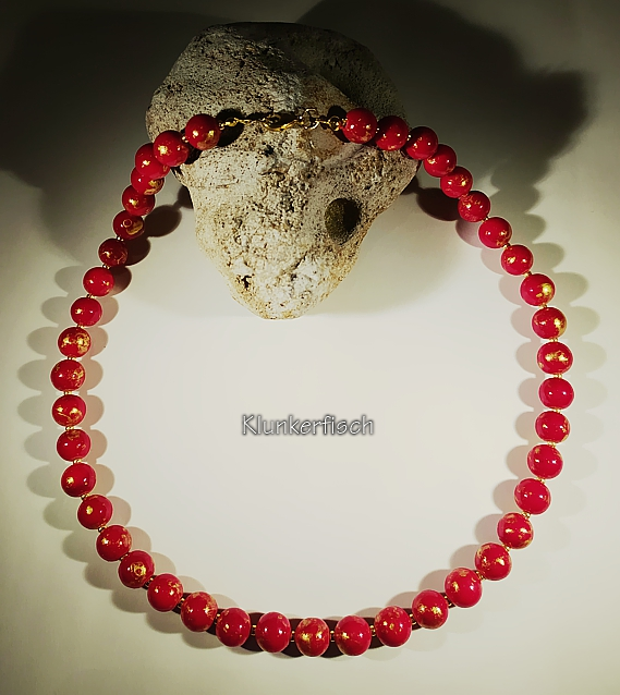 Halskette aus feuerroten Jade-Perlen mit goldenen Akzenten