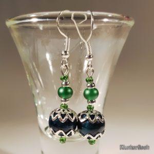Festliche Ohrringe mit Chrysokoll-Perlen zwischen Stern-Perlkappen in Grün und Silber