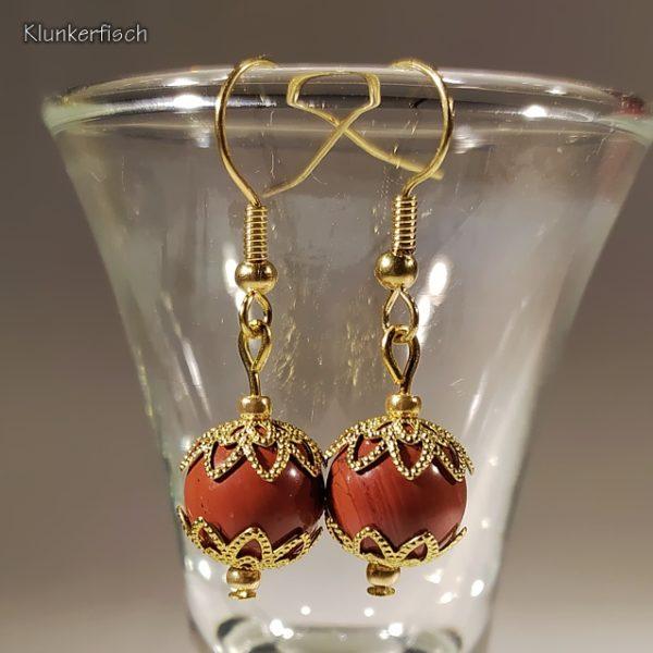 Ohrringe aus Jaspis-Perlen zwischen Stern-Perlkappen
