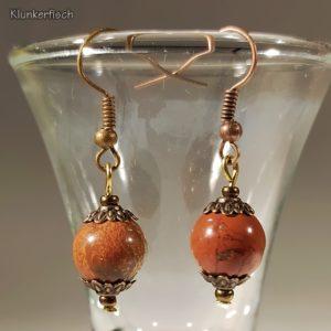 Ohrringe aus Jaspis-Perlen zwischen Blumen-Perlkappen