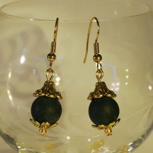 Schwarz und Gold! Ohrringe aus Drusenachat-Perlen unter glockenförmigen Perlkappen