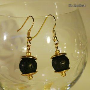 Schwarz und Gold! Ohrringe aus Lava-Perlen zwischen schlichten Perlkappen