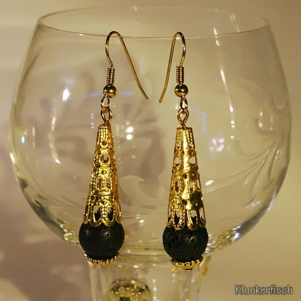 Schwarz und Gold! Ohrringe mit Lava-Perlen unter spitzen Perlkappen
