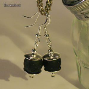 Ohrringe aus Drusenachat-Perlen zwischen schlichten Perlkappen