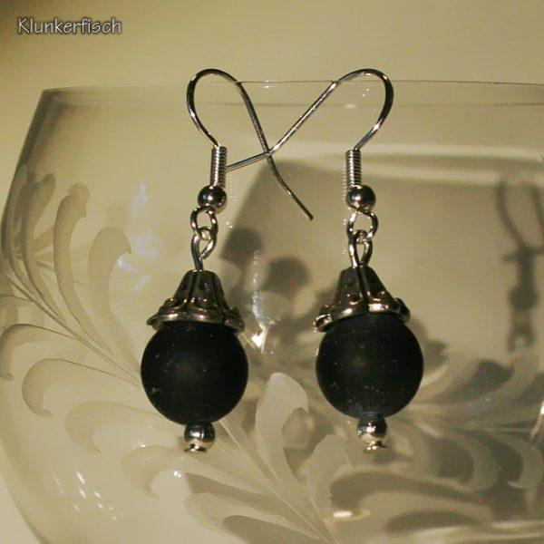 Ohrringe aus Drusenachat-Perlen unter glockenförmigen Perlkappen