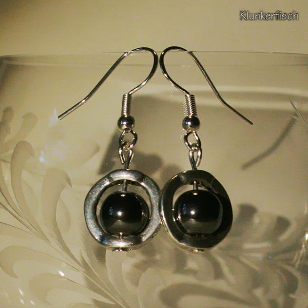 Ohrringe aus Hämatit-Perlen in einem runden Rahmen