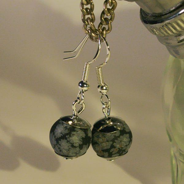 Ohrringe aus Schneeflocken-Obsidian mit schlichten Perlkappen