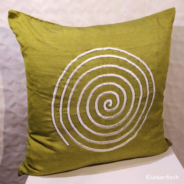 Glänzende Kissenhülle bestickt mit einer Spirale in Grün