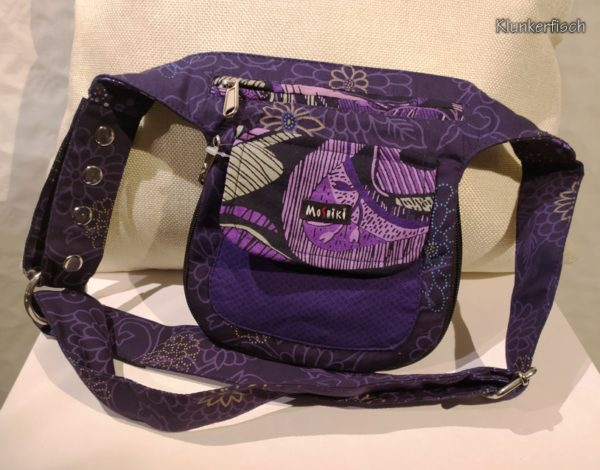 Violett geblümte Gürteltasche zum Wenden
