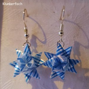 Ohrringe mit Fröbelsternen in blau-weiß gestreift