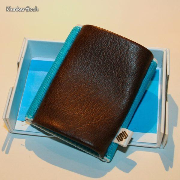 Space Wallet: Mini-Portemonnaie in Braun und Türkis