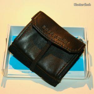 Space Wallet: Mini-Portemonnaie in Schwarz mit Klappe und Gummi