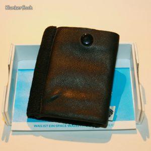 Space Wallet: Mini-Portemonnaie in Schwarz mit Druckknopf