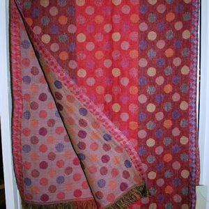 Kleiner Schal in Rot-Tönen mit Punkten und Streifen