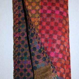 Kleiner Schal in Rot-Tönen mit vielen Punkten