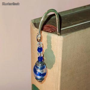 Lesezeichen aus Metall mit Anhänger aus Glasperlen in Blau und Silber